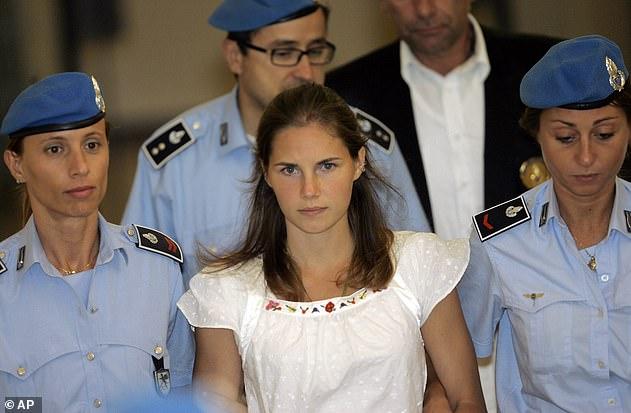 Es ist acht Jahre her, dass Knox Italien verlassen hat, nachdem ihre Verurteilung wegen Mordes an der britischen Studentin Meredith Kercher aufgehoben wurde. Sie ist im Alter von 21 Jahren während ihres Prozesses im Jahr 2008 abgebildet