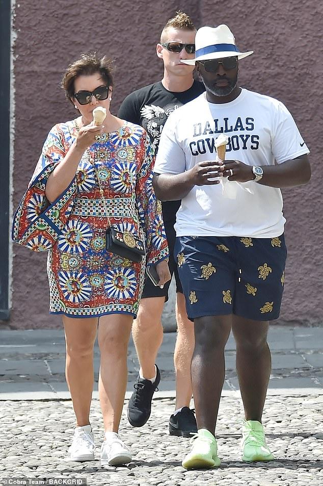 Style Patrol: Kris portait également un sac à main Dolce et Gabbana sur son corps, mais s'assurait qu'elle se sente à l'aise en échangeant ses talons contre une paire de baskets blanches fraîches.
