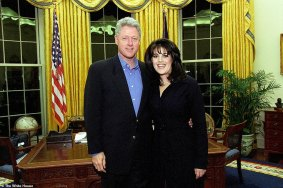 """A fonte disse ao DailyMailTV: 'Foi absolutamente Bill Clinton. Foi chocante - foi definitivamente uma pintura dele. Foi uma imagem sexual muito provocante. Ele usava salto alto, um vestido azul e sua mão estava em uma posição estranha """". Foto: Clinton e Lewinsky em 1997"""