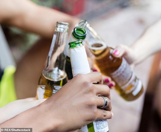Beber con frecuencia durante la semana es un mayor riesgo para la salud que beber en exceso, advierte un estudio