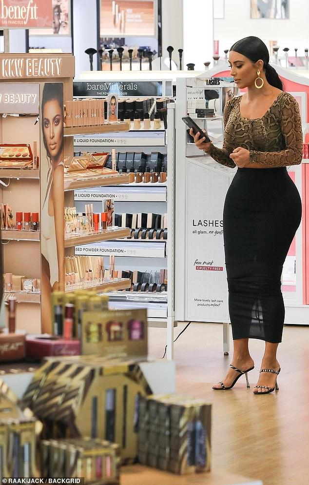 Gran cosa: la venta de KKW Beauty con Ulta, probablemente será muy lucrativa para la estrella y se produce meses después de que Kylie Jenner comenzó a vender Kylie Cosmetics con el minorista de belleza y es el único local continuo de ladrillo y mortero para ambos