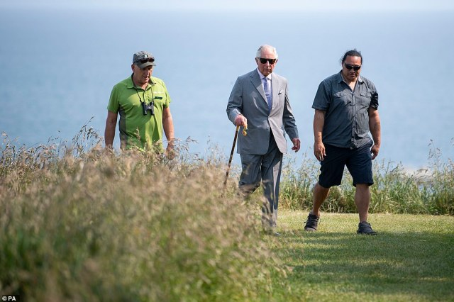 In the afternoon, Charles went for a 30-minute coastal walk lead byPhil Bradfield and Rawiri Manawatu where the toyal could seeseals and blue penguins from the path