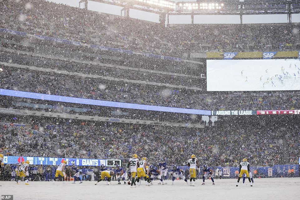 Playing in a winter wonderland! Flurries came down in East Rutherford, New Jersey for Sunday's football game between the New York Giants and the Green Bay Packers