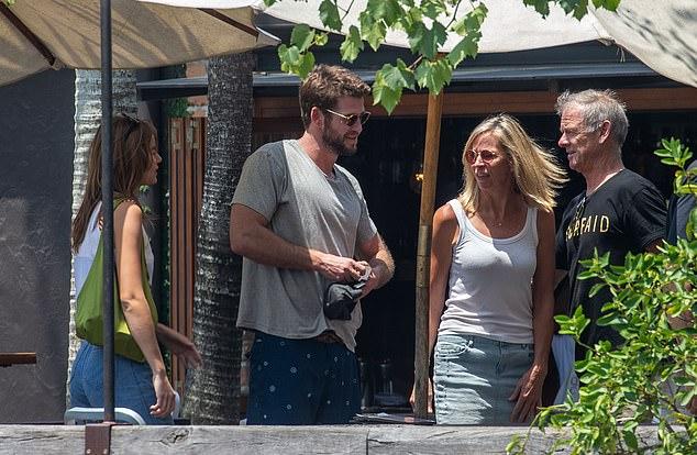 ¿Primera reunión incómoda? Gabriella, Liam y sus padres, incluido su padre Craig, conversaron antes de tomar asiento.