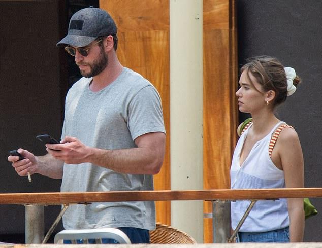 ¿Nueva novia? Liam Hemsworth (centro) ha provocado rumores de un romance con la modelo Gabriella Brooks (izquierda), después de presentarla a sus padres Craig y Leonie (derecha) en Byron Bay durante el fin de semana.