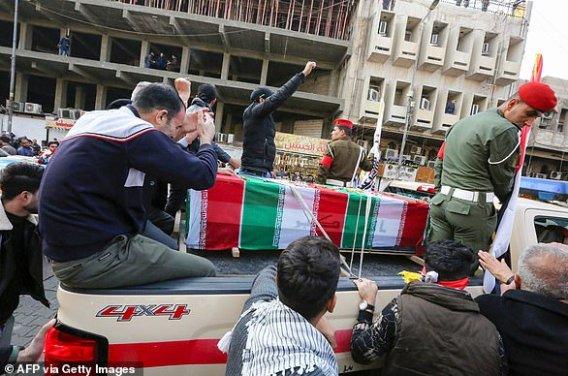 Żałobnicy otaczają w sobotę ulicą Bagdadu samochód z trumną irańskiego dowódcy wojskowego Qassem Soleimani