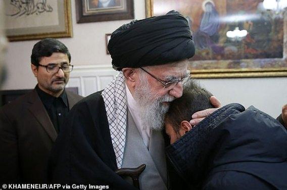 Najwyższy przywódca Iranu Ayatolla Ali Chamenei (na zdjęciu) z członkiem rodziny Soleimani podczas wizyty w domu rodziny w piątek wieczorem