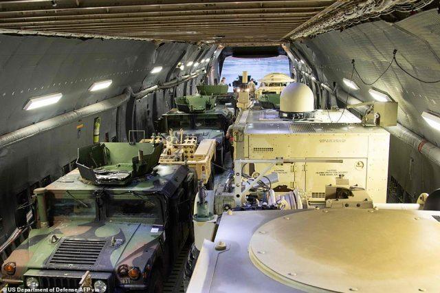 Sprzęt wojskowy skierowany na Bliski Wschód można zobaczyć na pokładzie Globemastera C-17 w sobotę w Fort Bragg