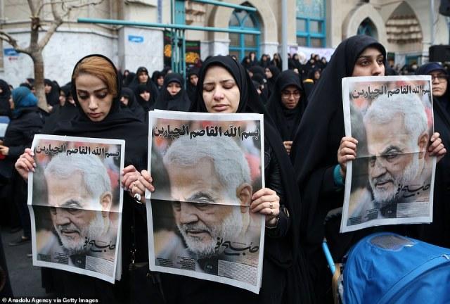 Kobiety trzymają plakaty Soleimani, które protestowały przeciwko jego zabójstwu w stolicy Iranu w sobotę