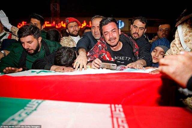 Irańscy żałobnicy zebrali się, by dotknąć trumny i wyrazić tam żal po śmierci potężnego generała