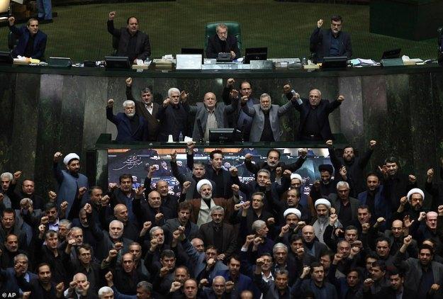 Irańscy prawodawcy skandują antyamerykańskie i antyizraelskie hasła, aby zaprotestować przeciwko zabiciu przez USA najwyższego generała irańskiego Qassema Soleimaniego na początku otwartej sesji parlamentu w Teheranie w Iranie w niedzielę