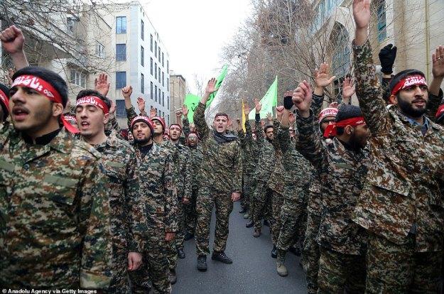 Irańscy członkowie milicji Basij biorą udział w antyamerykańskim wiecu na placu Palestyna w stolicy Teheranu w sobotę, aby zaprotestować przeciwko zabiciu dowódcy sił Quds irańskiej Gwardii Rewolucyjnej Qassem Soleimani przez nalot amerykański