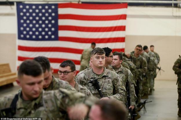 Spadochroniarze i sprzęt przydzielony do 1. Brygady Zespołu Bojowego, 82. Dywizja Powietrznodesantowa ładuje samoloty w sobotę w rejon operacji dowództwa centralnego USA z Fort Bragg w Karolinie Północnej