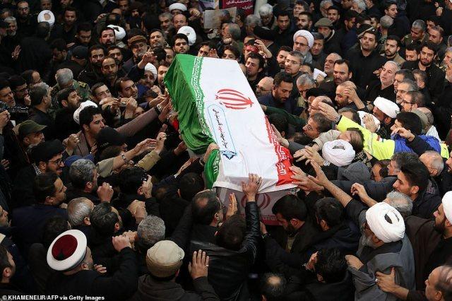 Okryta flagą trumna Qassem Soleimani jest dziś przekazywana nad głowami żałobników na jego pogrzebie w centrum Teheranu