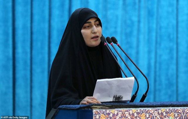 Córka generała Zeinap Soleimani (na zdjęciu dzisiaj) rozmawiała z żałobnikami podczas procesji pogrzebowej w Teheranie i bezpośrednio groziła atakiem na siły amerykańskie w regionie