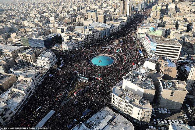 """Irańskie media państwowe podały, że """"miliony"""" ludzi zebrały się w Teheranie, by opłakiwać śmierć Soleimani w scenach, których nie widziano od śmierci przywódcy rewolucyjnego Ayatollaha Ruhollaha Chomeiniego w 1989 r."""