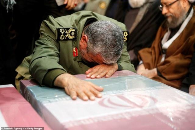 Następca Soleimani, Esmail Qaani, płacze dziś nad trumną zamordowanego poprzednika podczas pogrzebu w Teheranie