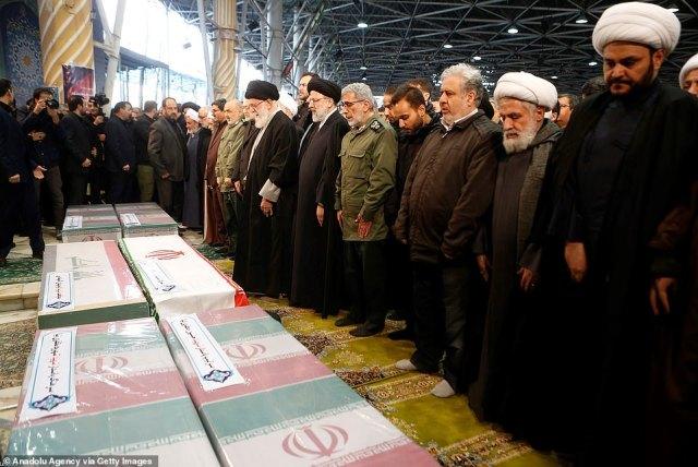 Chamenei stoi dziś na czele żałobników w Teheranie, gdy setki tysięcy Irańczyków okazało hołd