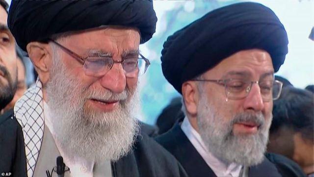 Płaczliwy ajatollah Ali Chamenei (po lewej) modlił się nad resztkami Qassem Soleimani, gdy setki tysięcy żałobników zgromadziły się w Teheranie na drugi dzień dzisiejszego pogrzebu generała
