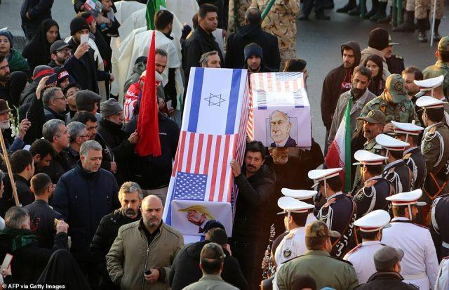 Żałobnicy niosą fałszywe trumny ze zdjęciami prezydenta USA Donalda Trumpa i premiera Izraela Benjamina Netanjahu