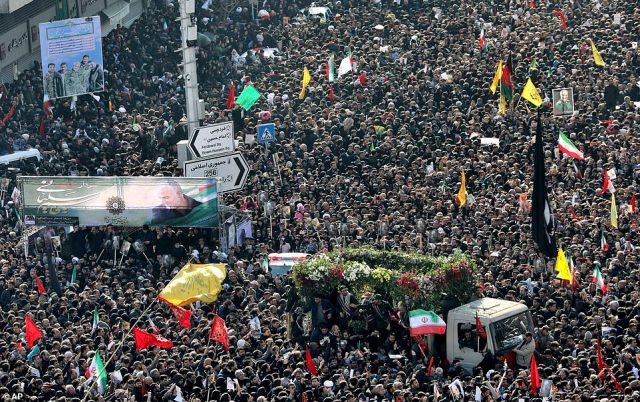Żałobnicy zbierają się w Teheranie, aby złożyć hołd dowódcy wojskowemu, który został okrzyknięty bohaterem przez wielu Irańczyków