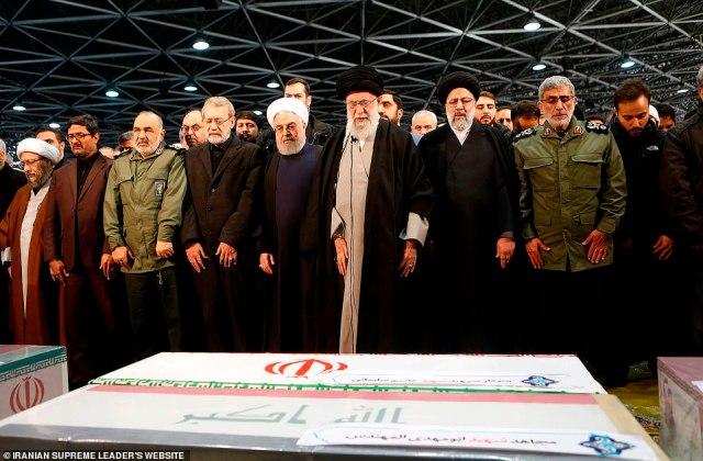 Ajatollah Ali Chamenei (w środku) i prezydent Hassan Rouhani (bezpośrednio po jego prawej) prowadzą modlitwy nad trumną Soleimani.  Po lewej Chamenei jest naczelny sędzia Ebrahim Raisi, a po lewej następca zabitego generała Esmail Qaani