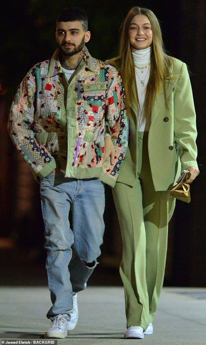 De vuelta: Gigi Hadid, de 24 años, y Zayn Malik, de 27, hicieron oficial su reunión mientras cerraban los brazos camino a la cena en la ciudad de Nueva York el sábado por la noche para celebrar el cumpleaños de Zayn.  Celebraron con Dua Lipa, de 24 años, Bella Hadid, de 23, y su madre Yolanda Hadid, de 56