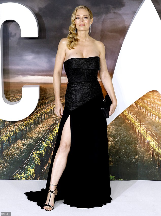 Woohoo! Jeri Ryan, who is willing to reprise her role as Seven of Nine, looked stunning in a black sleeveless dress that had a bold thigh cut