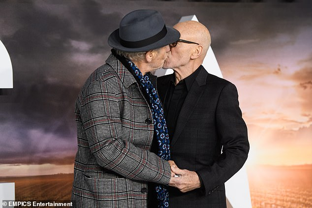 Kiss: the actors held hands while kissing on the red carpet