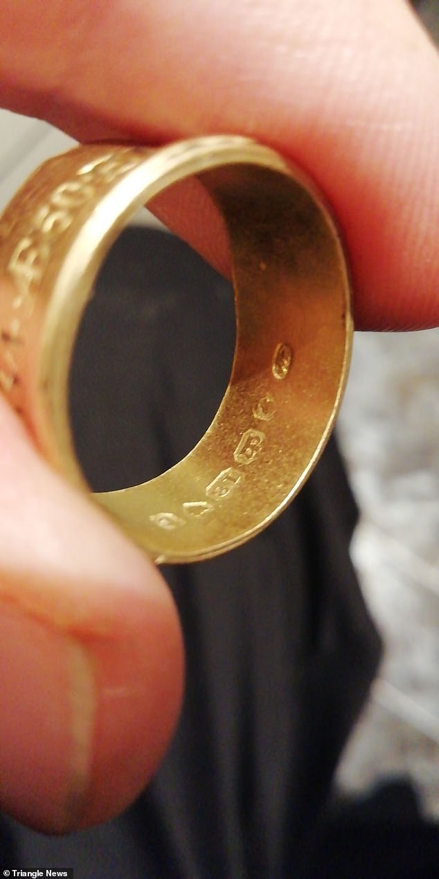 The 18-carat band is inscribed with the name of Elizabeth Honywood and her date of death on 29th September 1834 as well as appropriate hallmarks
