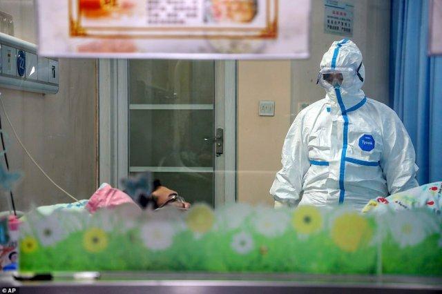 Ponad 8300 osób na całym świecie zostało zarażonych, a 210 osób zmarło.  Nz. W czwartek lekarz opiekuje się pacjentem na oddziale izolacyjnym szpitala w Wuhan
