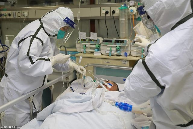 Wróciła do Chicago 13 stycznia, ale symptomy pojawiły się dopiero kilka dni później.  Nz. Personel medyczny w kombinezonach ochronnych leczy pacjenta z koronawirusem w szpitalu Zhongnan w Wuhan, 27 stycznia
