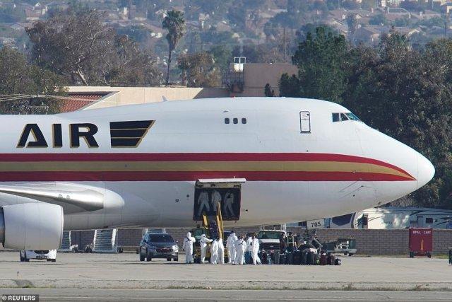 W środę lot ewakuacyjny z 195 Amerykanami na pokładzie wylądował w bazie lotniczej March Air Reserve w Riverside w Kalifornii (na zdjęciu).  Wszyscy pasażerowie podlegają teraz kwarantannie federalnej.  Każdy, kto powróci do USA po wizycie w prowincji Hubei, w której Wuhan znajduje się w ciągu ostatnich dwóch tygodni, również zostanie objęty obowiązkową kwarantanną, począwszy od niedzieli