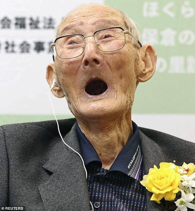 Él dice que todavía tiene un gusto por lo dulce a pesar de perder todos sus dientes y ama el pudín de natillas