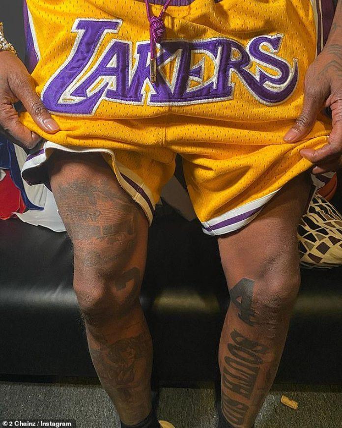 Monumento permanente: a principios de esta semana, otro rapero, 2 Chainz, de 42 años, mostró un monumento permanente similar a la amada estrella del baloncesto en sus dos piernas.