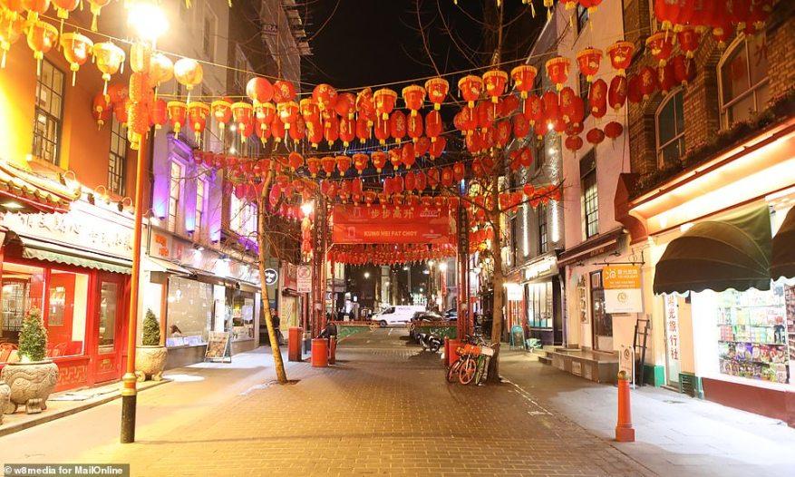 Китайский квартал в Лондоне ужасно заброшен, так как тысячи гуляк держатся на расстоянии от туристического места, поскольку паника коронавируса охватывает Великобританию