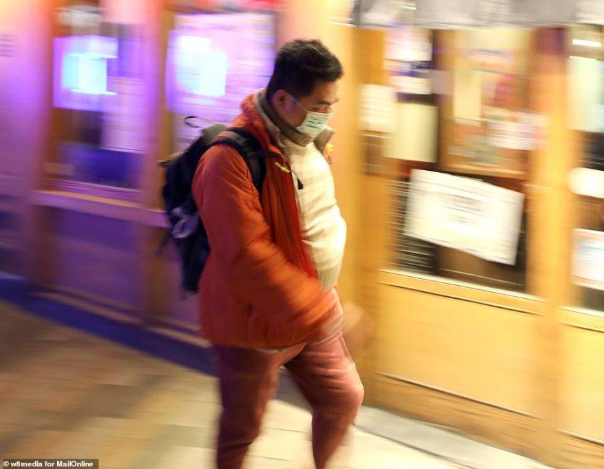 К 8 января было зарегистрировано 59 подозреваемых случаев, и семь человек находились в критическом состоянии. Были разработаны тесты для нового вируса, и зарегистрированные случаи начали расти. На фото: мужчина в защитной маске в китайском квартале