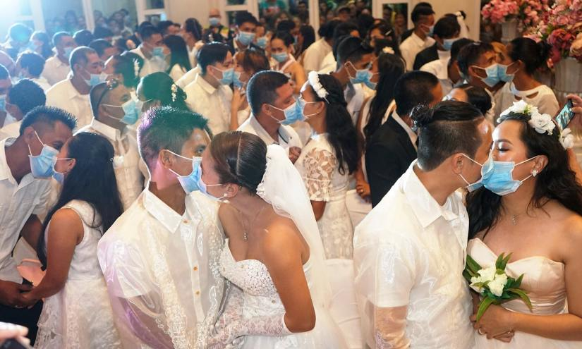 Hundreds of brides and grooms kissed wearing surgical masks at ...
