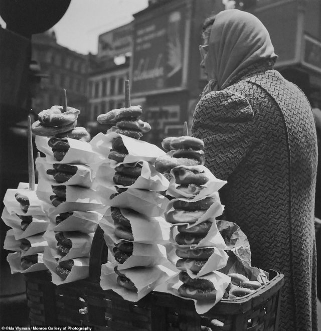 Salty Pretzels, New York City, 1945. During her lunch hour at Acme, Wyman would step out to snap office people in the streets, workers, laborers on their lunch breaks and men toiling away in the nearby Garment District.