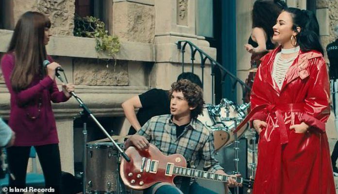 Días de Disney: la ex estrella de Disney luego pasa a una banda en la calle, que tiene un parecido sorprendente con ella y los Jonas Brothers en Camp Rock