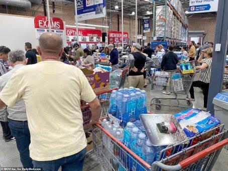 Os clientes de uma Costco em Los Feliz, Califórnia, estavam ansiosos para estocar suprimentos na quinta-feira antes de acabar. Água engarrafada, papel higiênico e lenços de álcool estavam no topo da lista por muitos