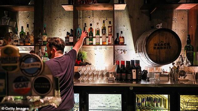 Alle Bars und Restaurants müssen ab morgen schließen, wobei letztere nur zum Mitnehmen dienen dürfen, teilte Premierminister Scott Morrison am Sonntagabend mit (Bild auf Lager).