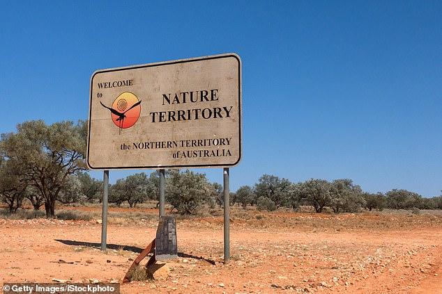 Im Bild: Die Grenze zwischen Northern Territory und Queensland. In der Zwischenzeit ergreifen Staaten und Gebiete drastische Maßnahmen - einschließlich der Verpflichtung aller zwischenstaatlichen Reisenden, 14 Tage lang unter Quarantäne zu stellen -, um die Ausbreitung des Virus zu stoppen