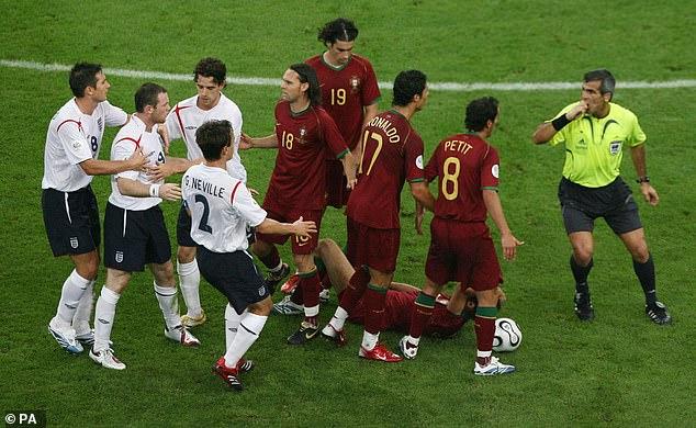 Le coéquipier de Rooney à Manchester United, Cristiano Ronaldo (n ° 17), a été l'un des joueurs portugais à avoir protesté contre l'arbitre Horacio Elizondo pour un carton rouge.