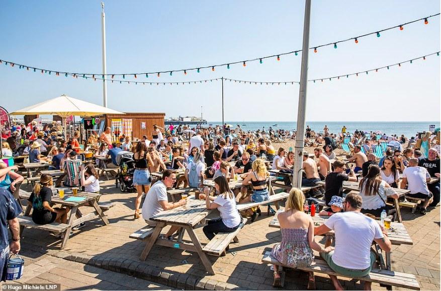 Los turistas y los lugareños disfrutaron del sol de primavera el año pasado, con cafés repartidos por el paseo marítimo todos abiertos para los negocios.