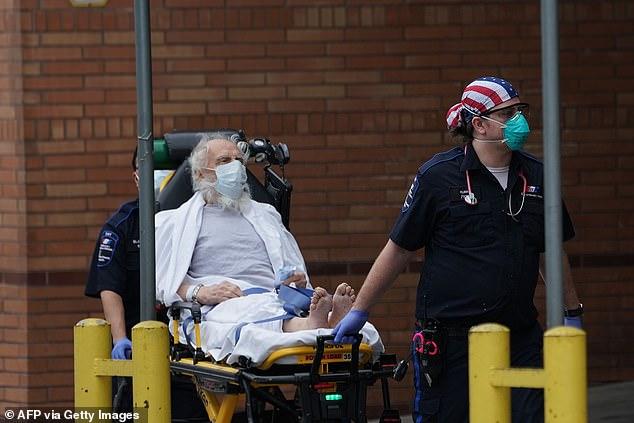 Un paciente llega al Hospital Wyckoff en la sección Bushwick de Brooklyn el 5 de abril.