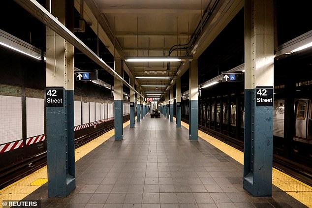 Se ve una plataforma de metro casi vacía en la estación de metro de la calle 42 durante el brote de coronavirus en la ciudad de Nueva York