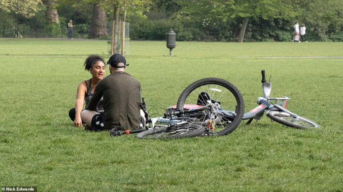 Cyclists take a break in Battersea Park Sunday morning. Britain is nearing the end of its third week of foreclosure today, but people continue to flout Prime Minister Boris Johnson's guidelines for staying inside