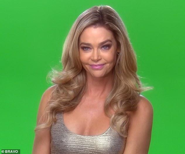 Sourire rusé: Denise a été vue en train de s'asseoir devant un écran vert alors qu'un producteur lui demandait: «Alors, Denise. Tu es prêt à parler de tout ça? avant qu'elle ne réponde avec un sourire narquois