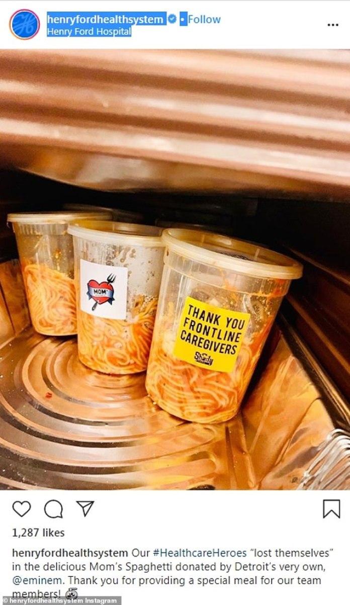 'Comida especial': el personal del Hospital Henry Ford de Detroit publicó una foto de las tinas de 'Mom's Spaghetti' donadas por Eminem a Instagram el martes y agradeció al rapero por su apoyo